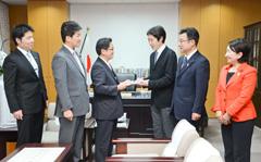 丹羽文科大臣政務官(中央左)に署名簿を手渡す